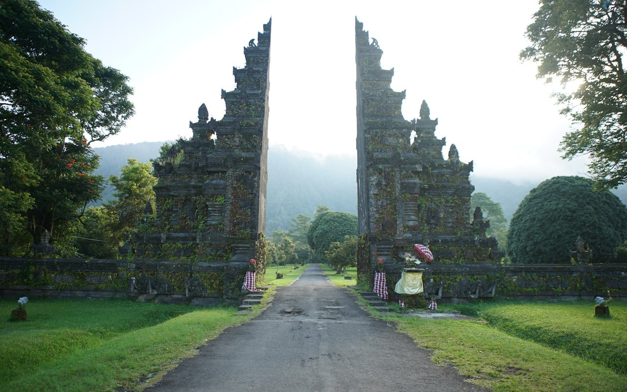 AWAYN IMAGE Take a picture with Handara Bali Gate