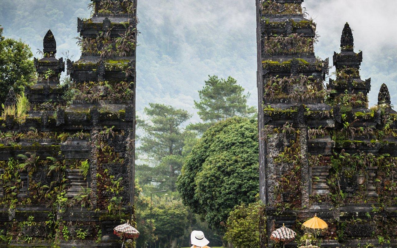 AWAYN IMAGE Take a picture with Handara Bali Gate