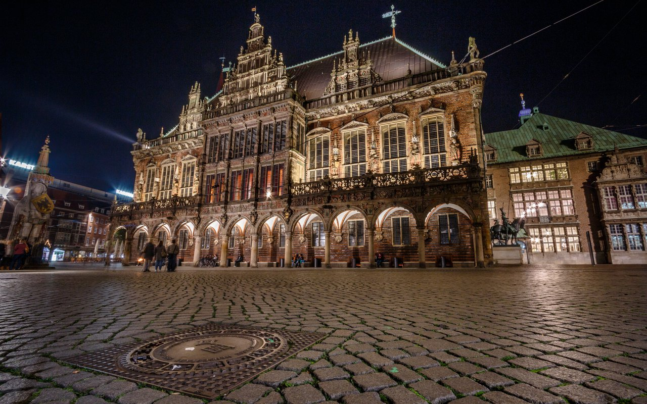 AWAYN IMAGE The Town Hall and the statue of Roland on the marketplace of Bremen