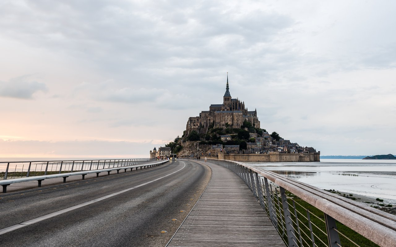 AWAYN IMAGE Explore the Mont Saint Michel