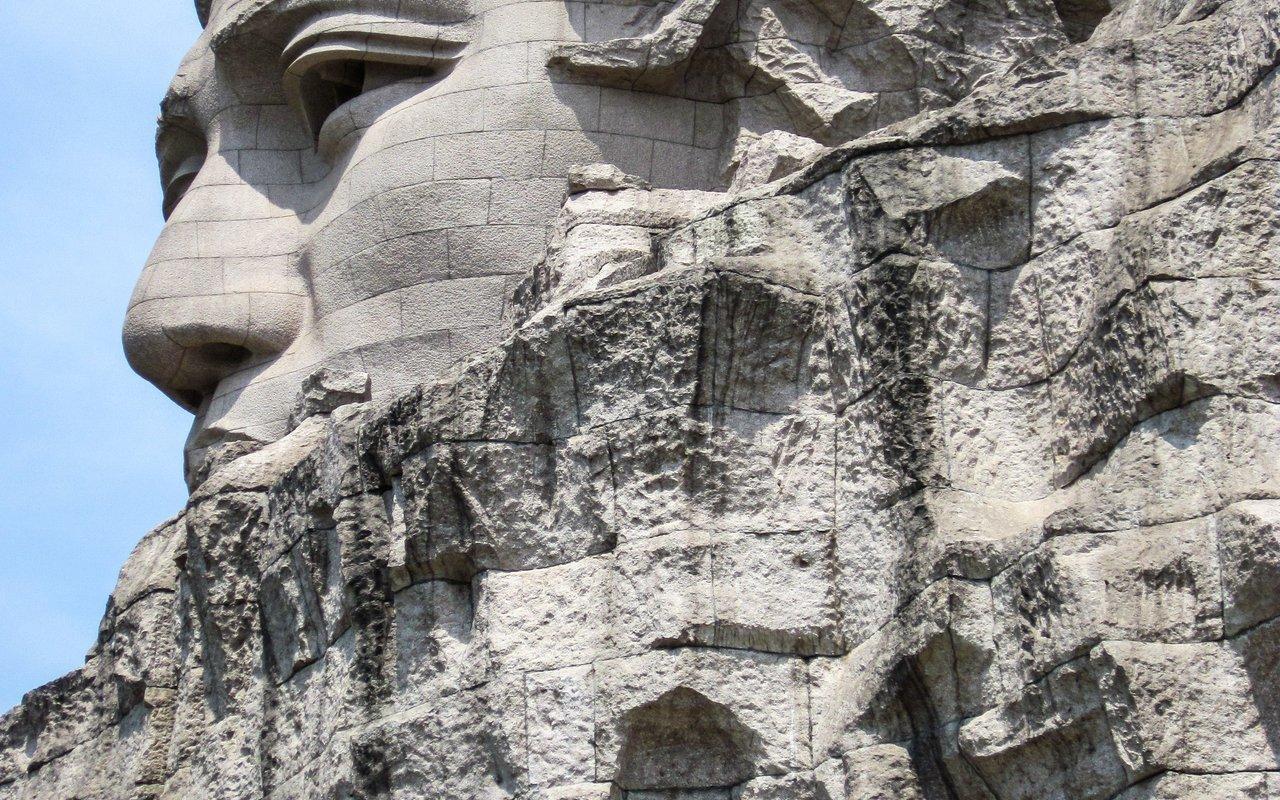 AWAYN IMAGE Young Mao Zedong statue