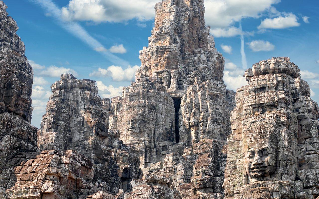 AWAYN IMAGE Explore the Bayon Temple