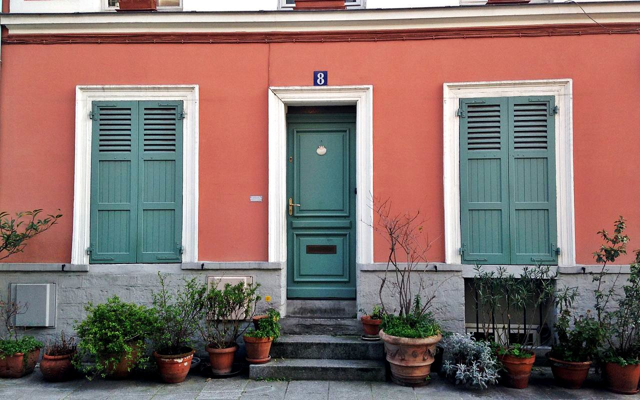 AWAYN IMAGE Walk in Rue Cremieux