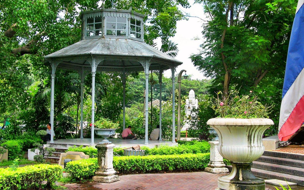 AWAYN IMAGE Explore the beautiful Saranrom Park