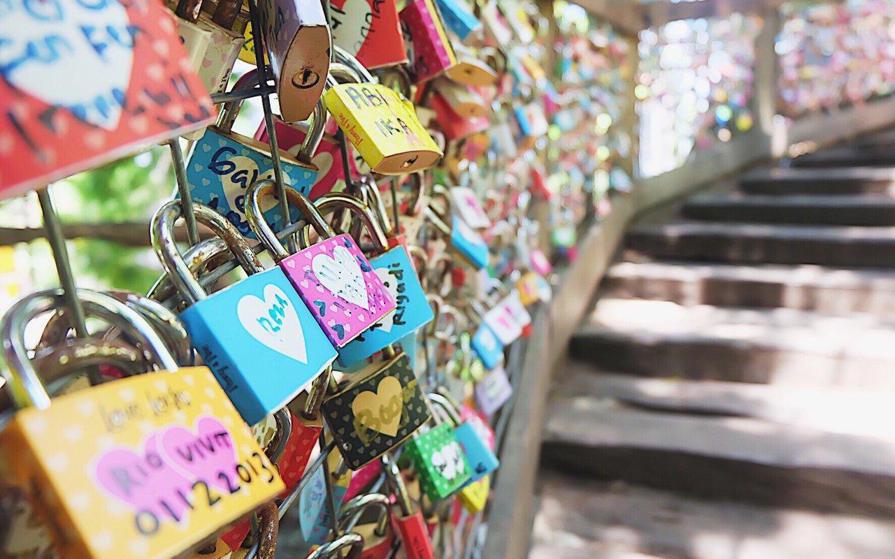 AWAYN IMAGE Hang Your Lock of Love on Eiserner Steg