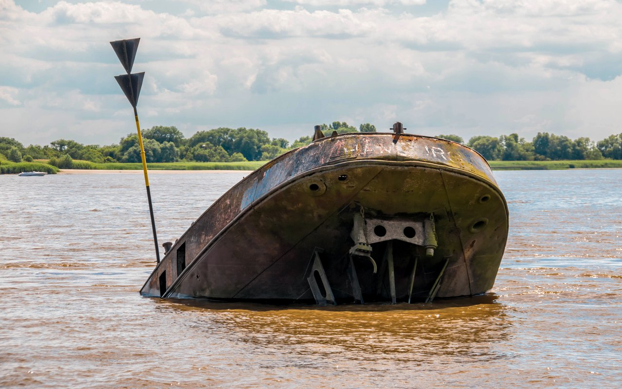 AWAYN IMAGE Spend an Afternoon Among the Blankenese Shipwrecks