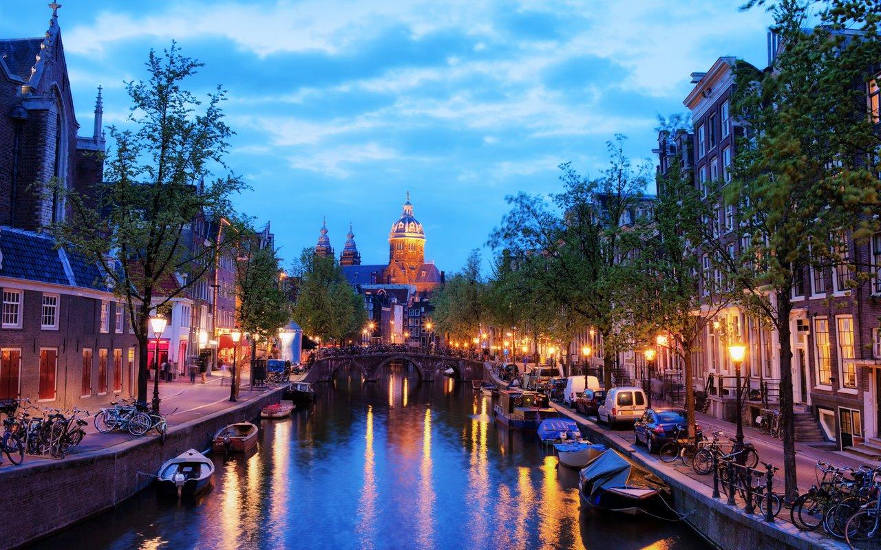 AWAYN IMAGE Walk around the Oudezijds Voorburgwal