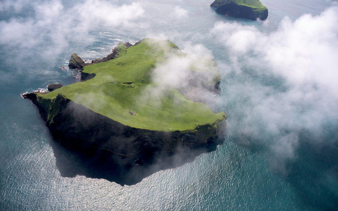 AWAYN IMAGE Stroll around Vestmannaeyjar (Western Islands)