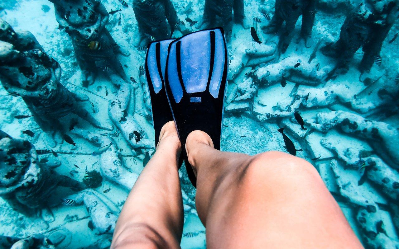 AWAYN IMAGE Gili Meno Statues Scuba Diving
