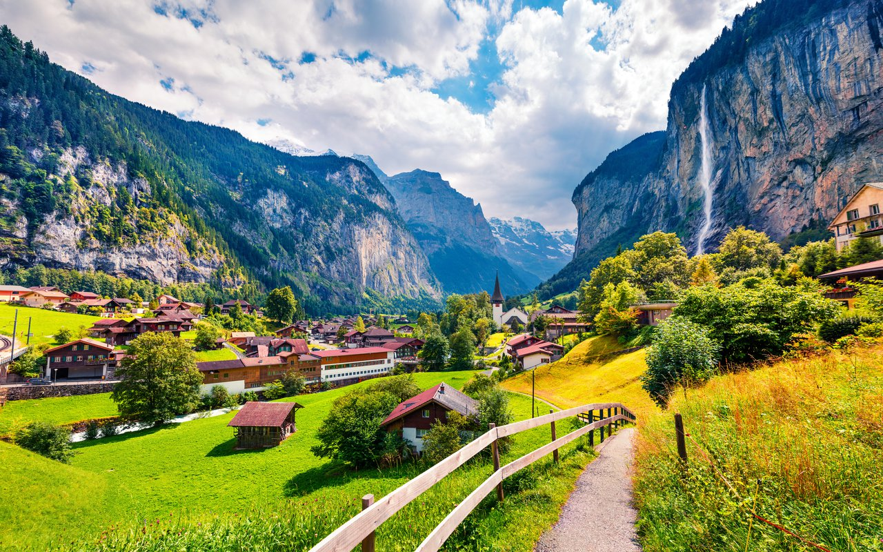 AWAYN IMAGE Walk around the Lauterbrunnen Village