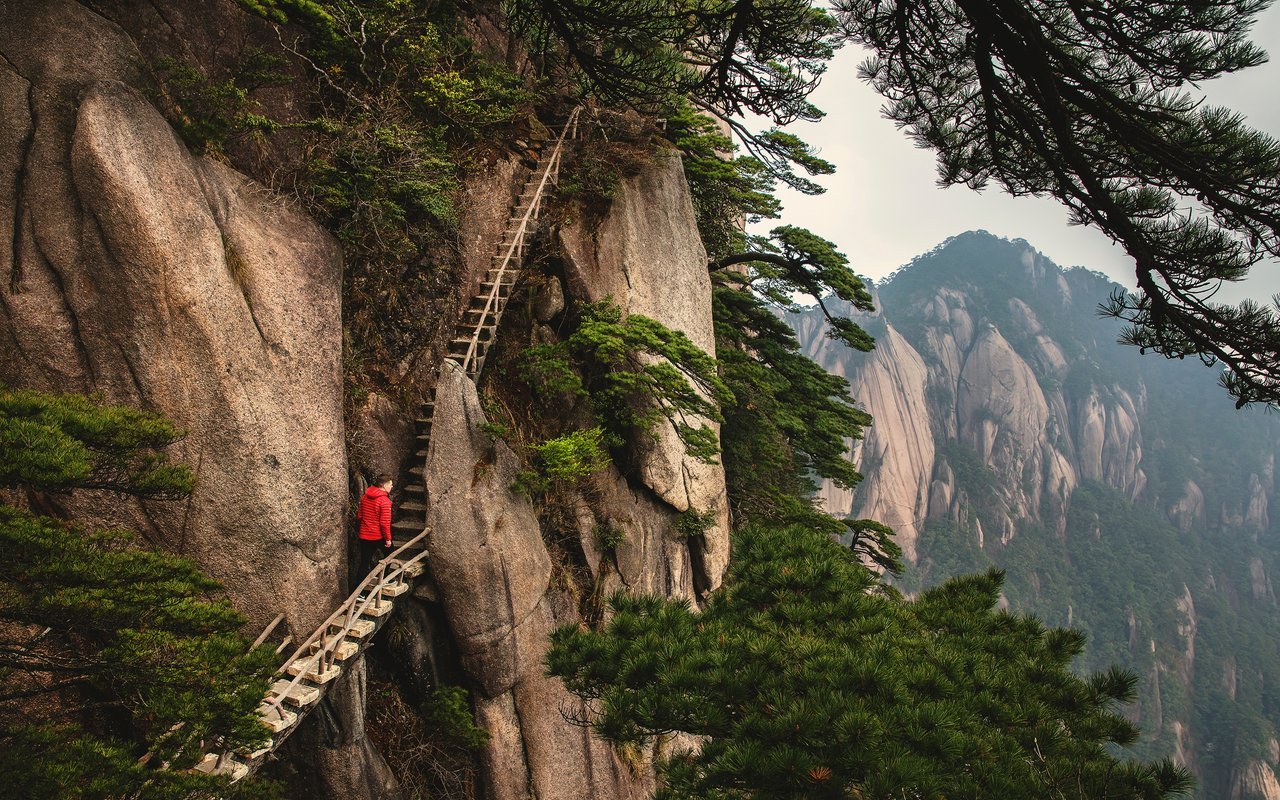 AWAYN IMAGE Hike in the breathtaking huangshan mountain