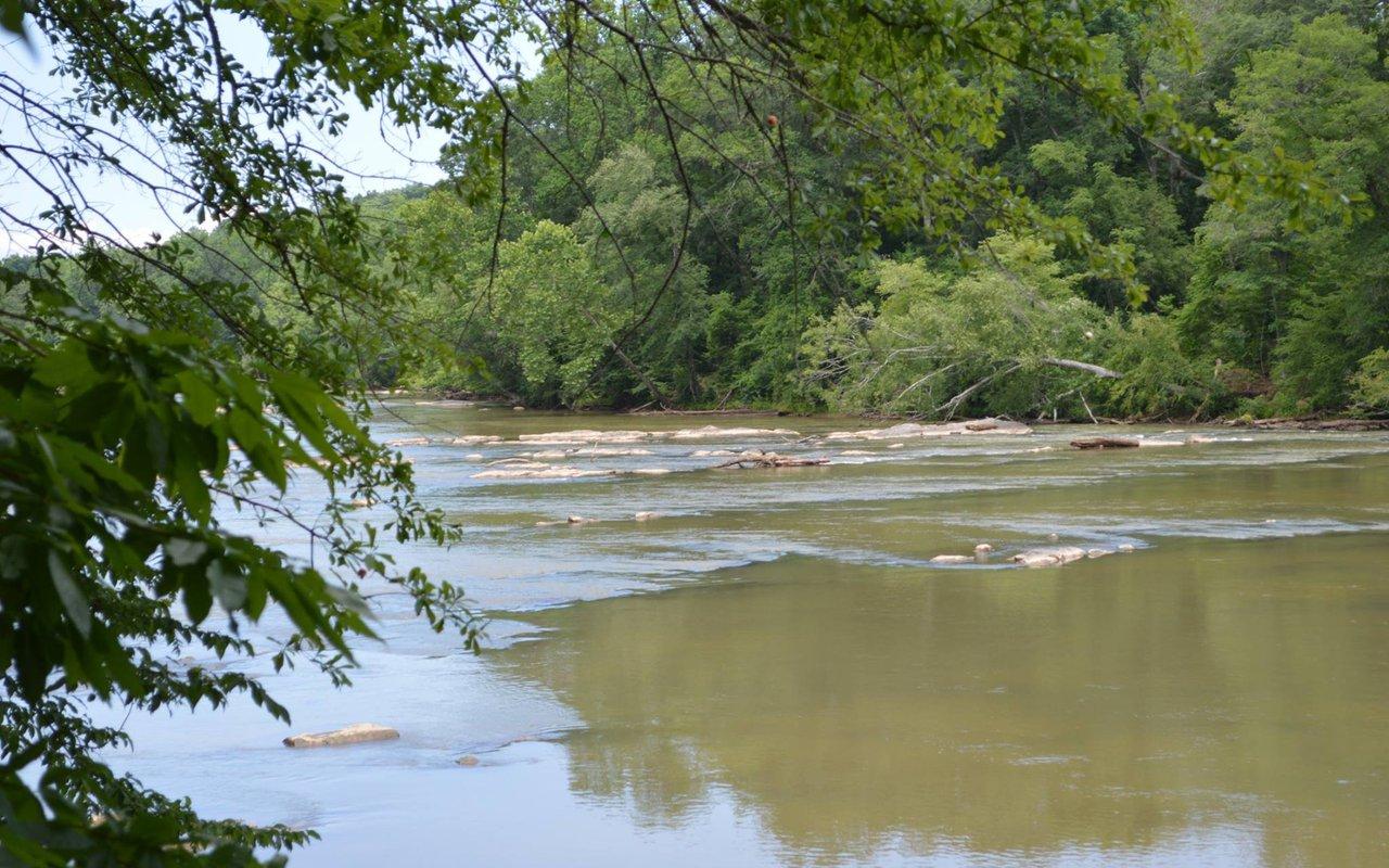 AWAYN IMAGE Hiking Chattahoochee River National Recreation Area