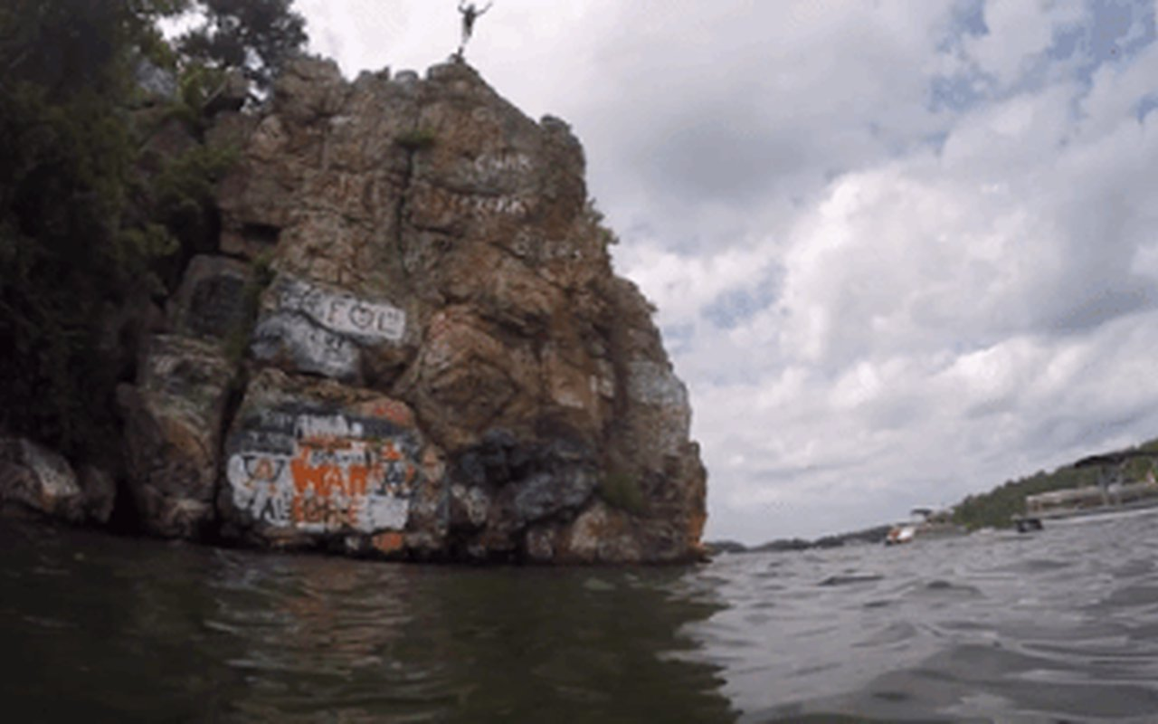 AWAYN IMAGE Jumping of the cliffs Acapulco Rock Island at Lake Martin