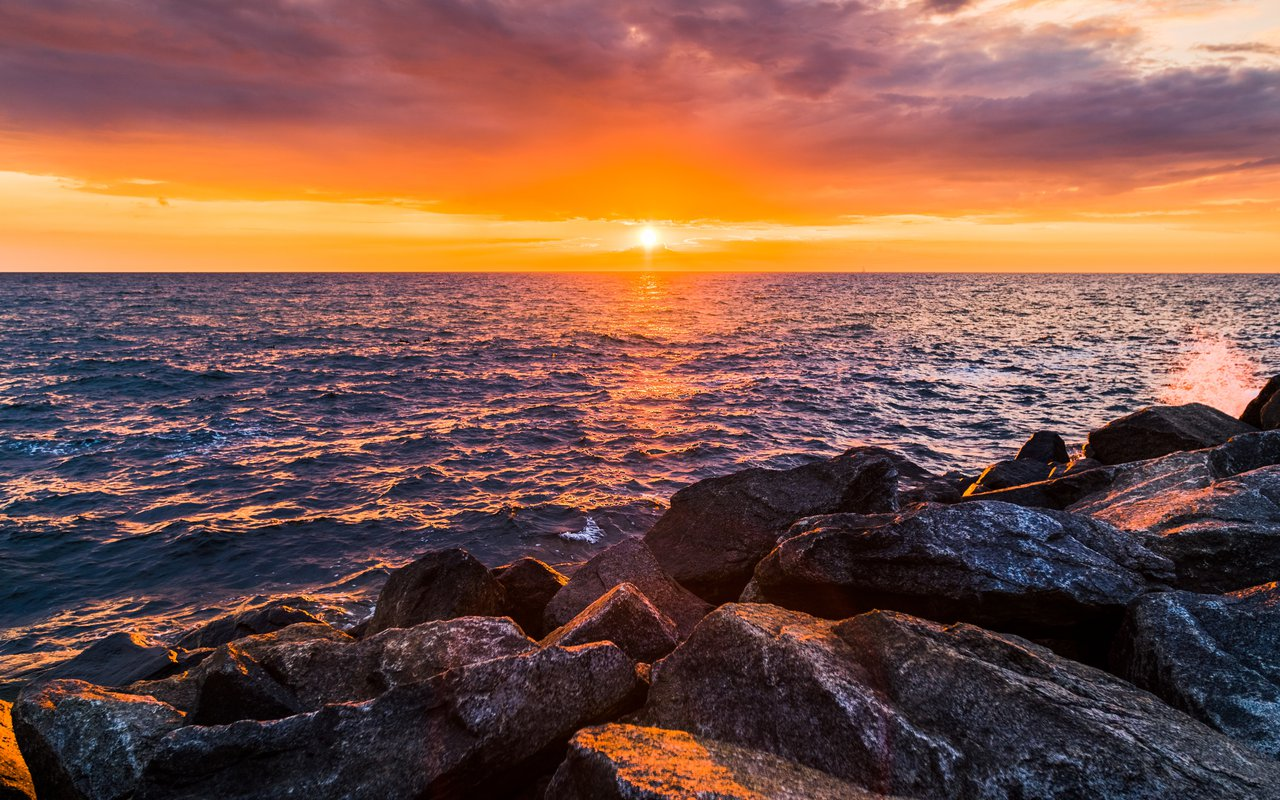AWAYN IMAGE Cash a Sunset on Vang Havn beach