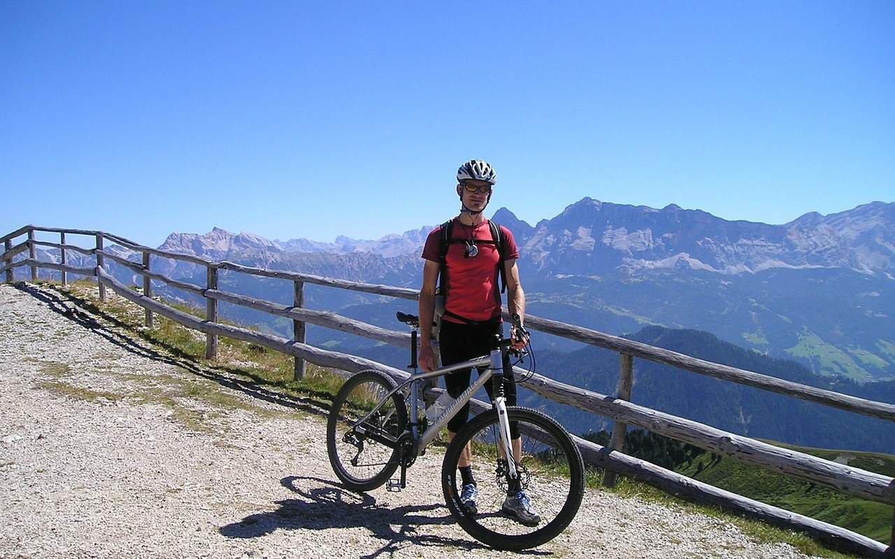 AWAYN IMAGE Mountain biking-Dolomites