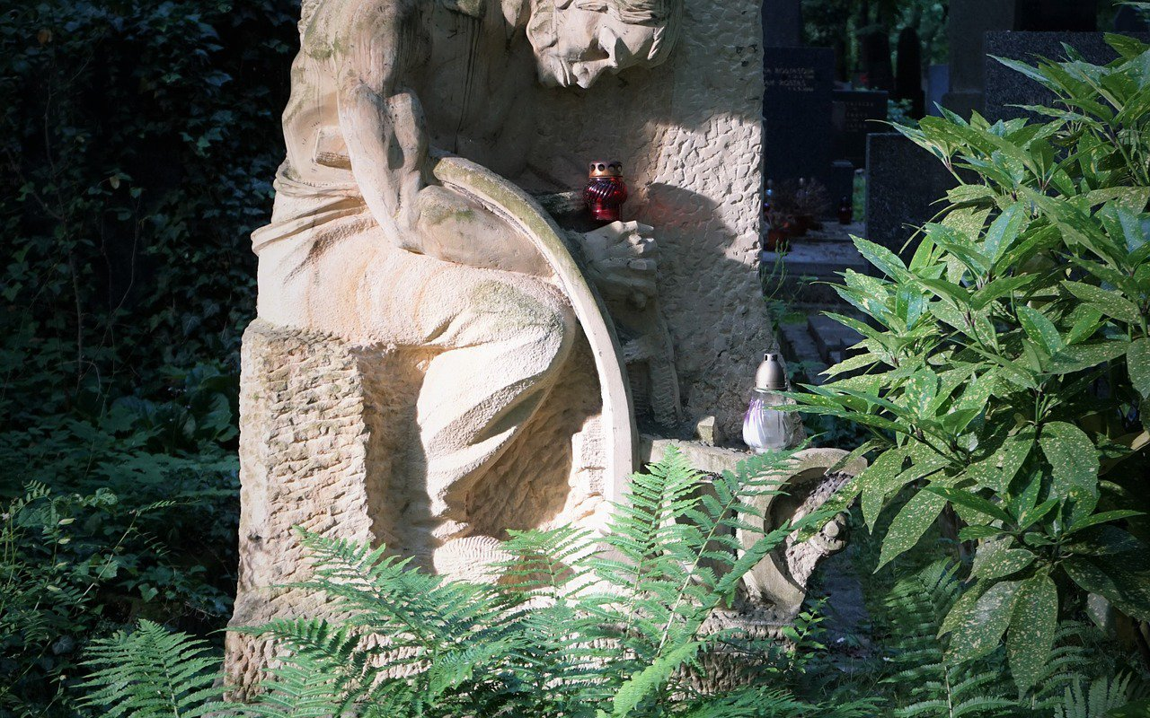 AWAYN IMAGE Olšany Cemetery