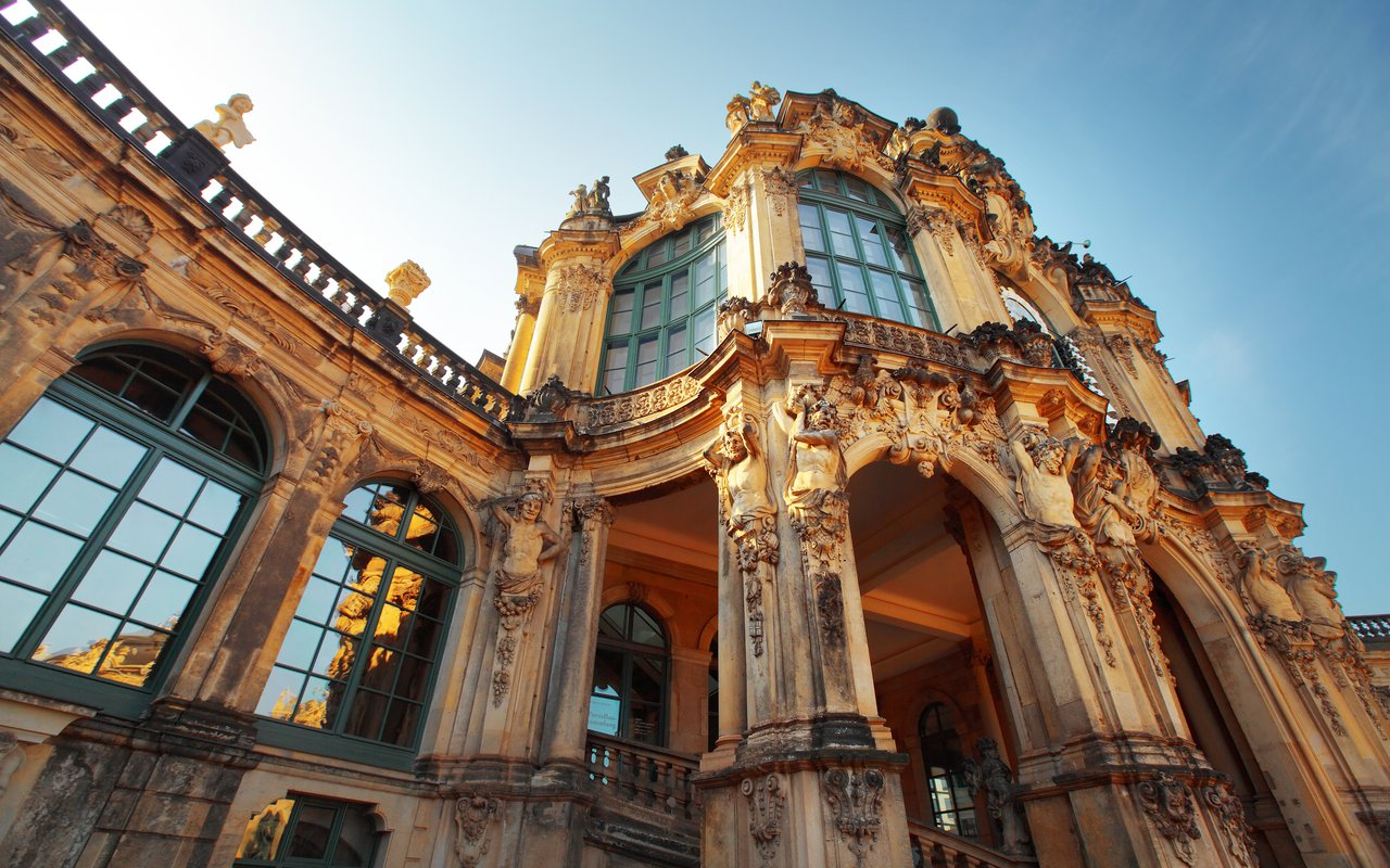 AWAYN IMAGE Stroll at the Zwinger Palace