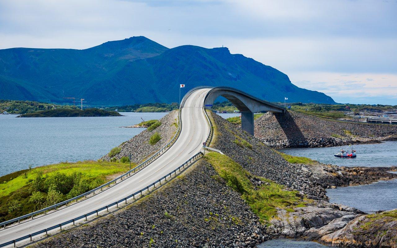 AWAYN IMAGE Walk the Atlantic Ocean Road (Atlanterhavsvegen)