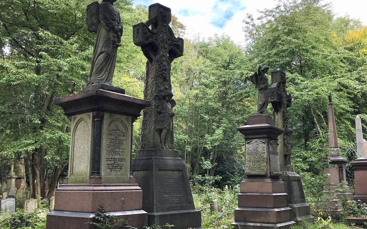 AWAYN IMAGE Walk in Tower Hamlets Cemetery Park