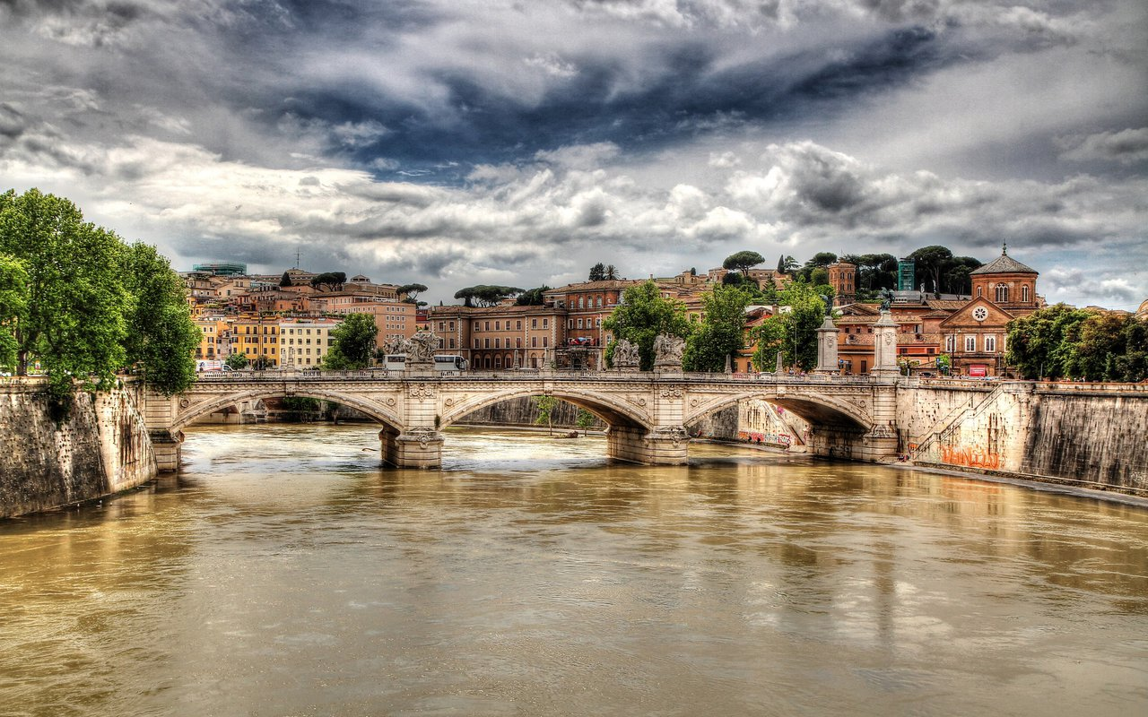 AWAYN IMAGE Walk or run by Tiber river in Roma