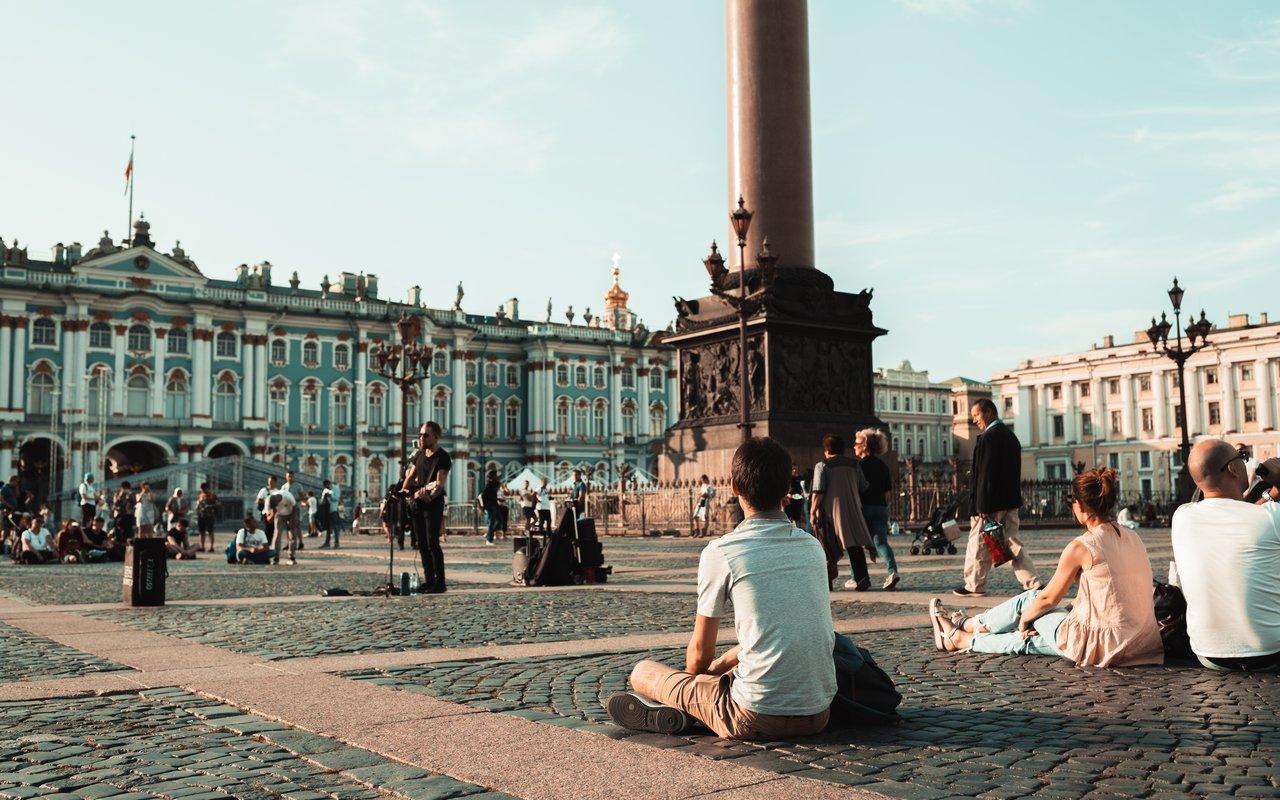 AWAYN IMAGE Stroll around Palace Square