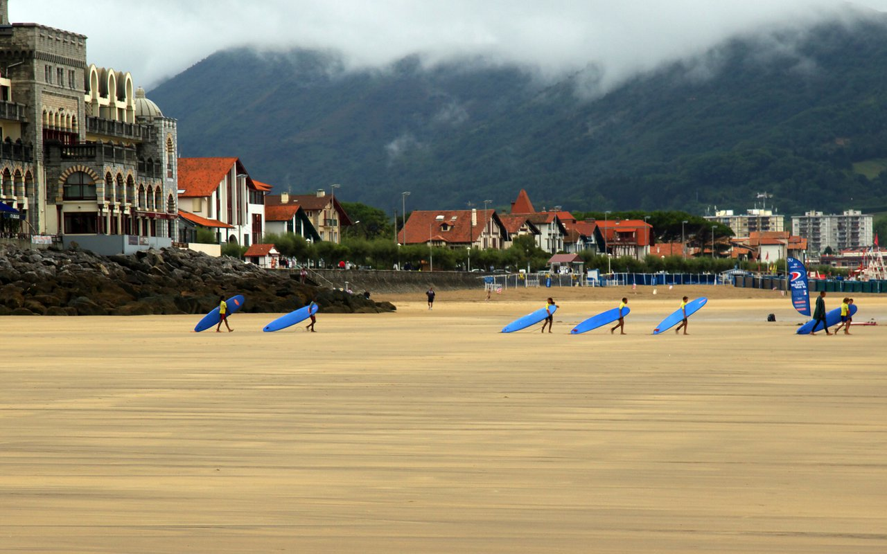 AWAYN IMAGE Learn to Surf in Hendaye