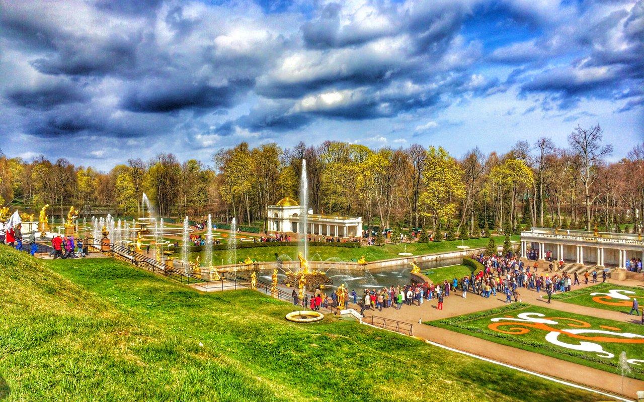 AWAYN IMAGE Stroll around Peterhof Park