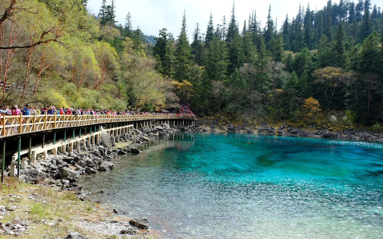 AWAYN IMAGE Explore around The Jiuzhaigou Valley
