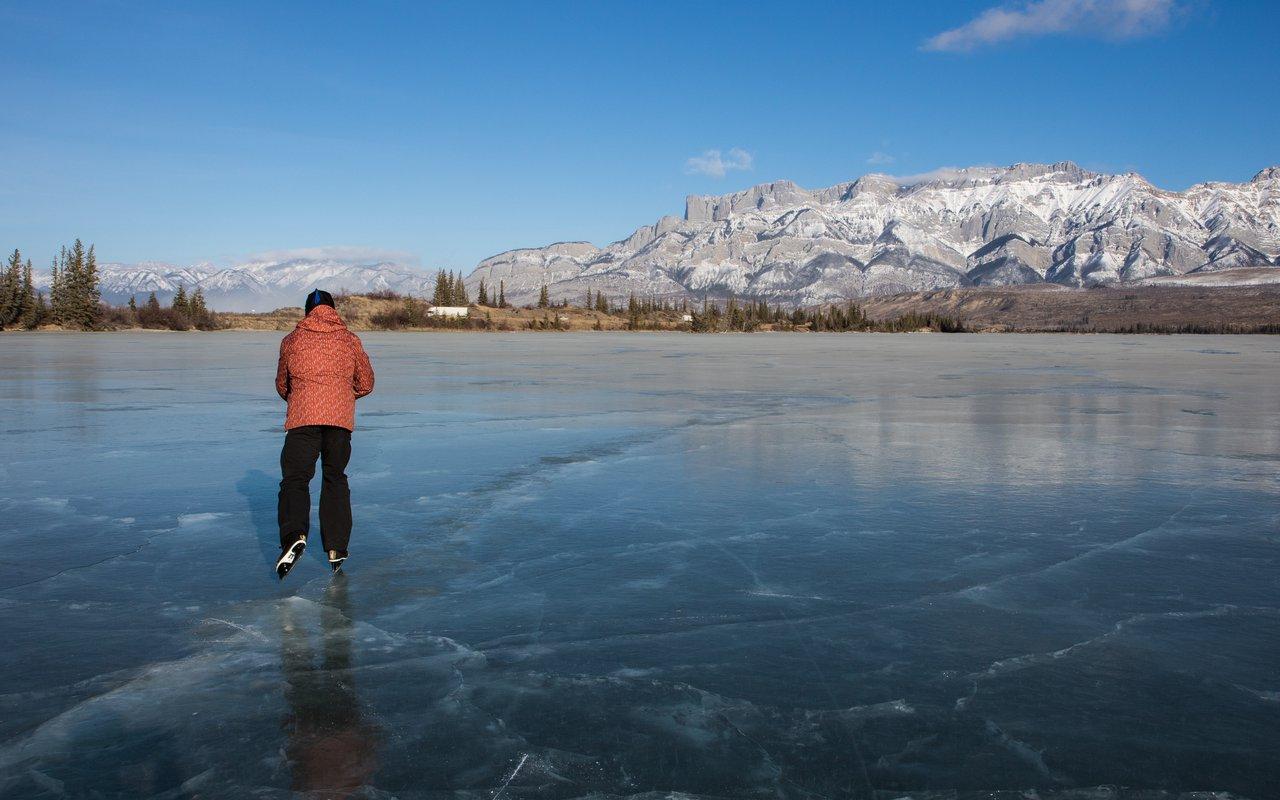 AWAYN IMAGE Frozen Maligne lake