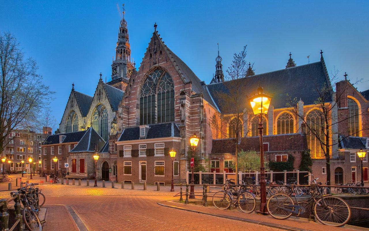 AWAYN IMAGE Photograph the The Oude Kerk