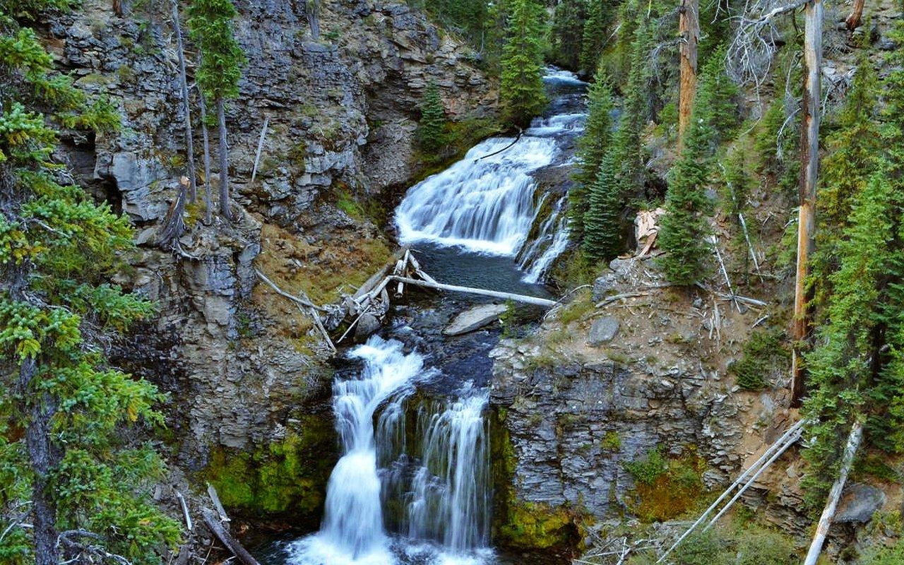 AWAYN IMAGE Hiking in trails of Tumalo Falls
