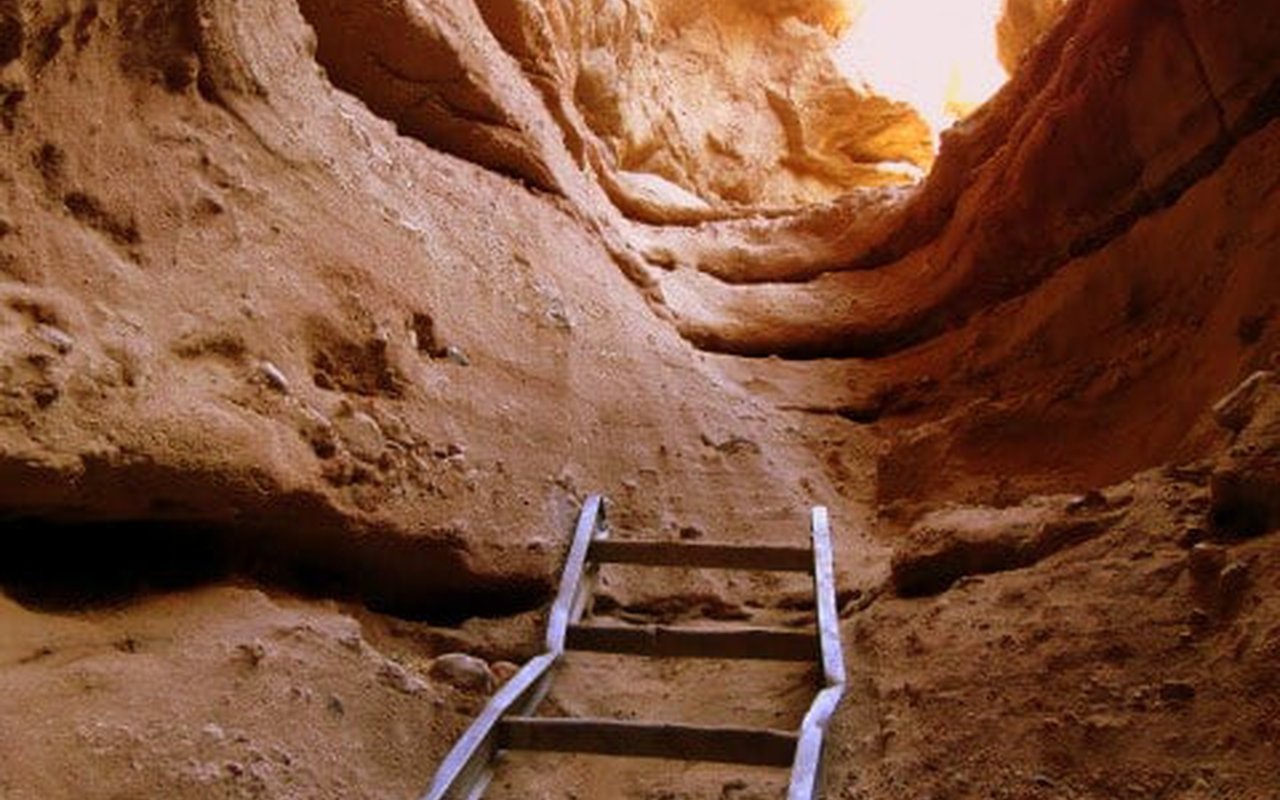 AWAYN IMAGE Painted Canyon Hiking