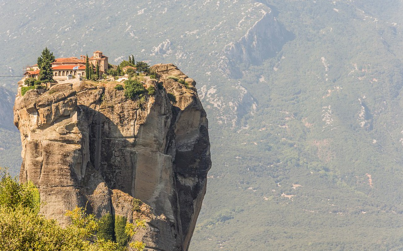 AWAYN IMAGE Hiking to Meteora