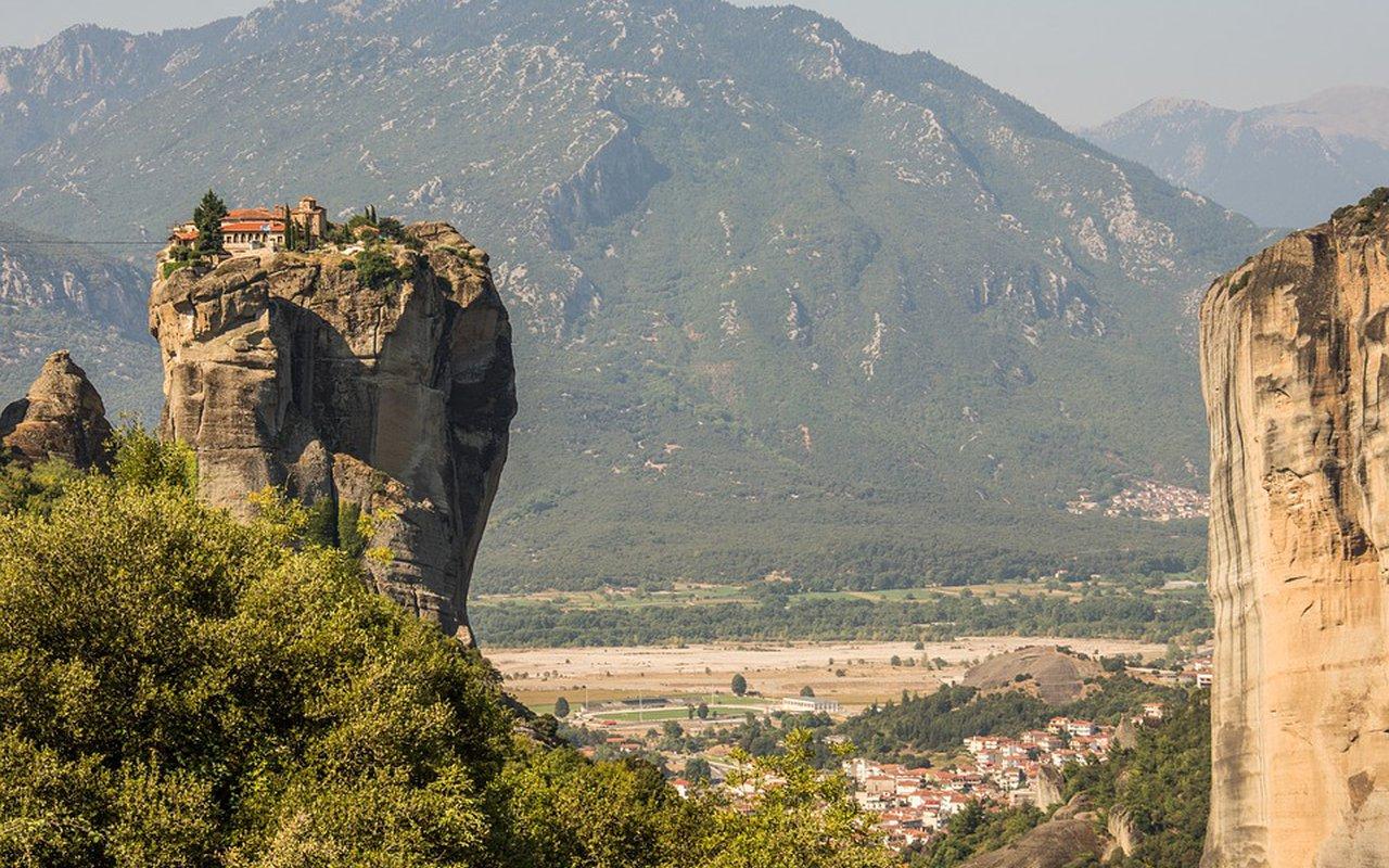 AWAYN IMAGE Hiking to Meteora