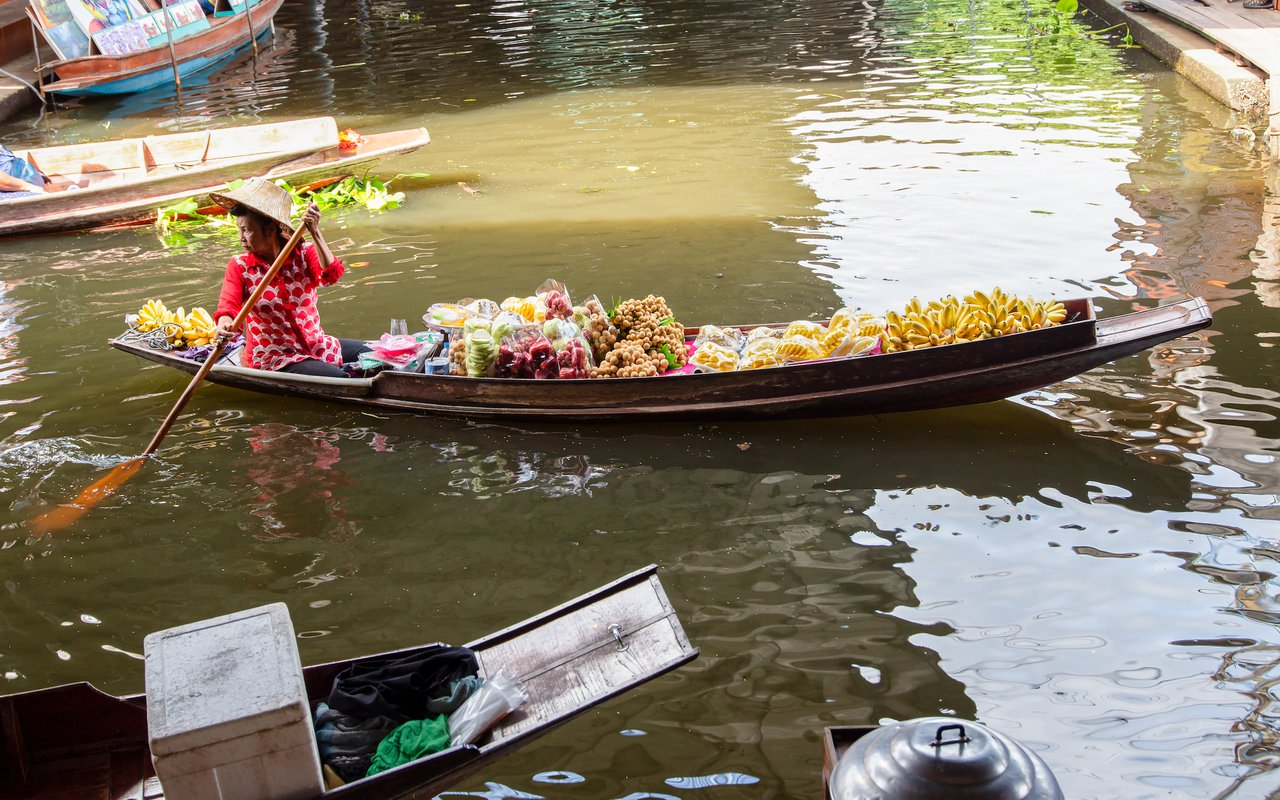 AWAYN IMAGE Float on a motor boat  Damnoen Saduak Floating Market