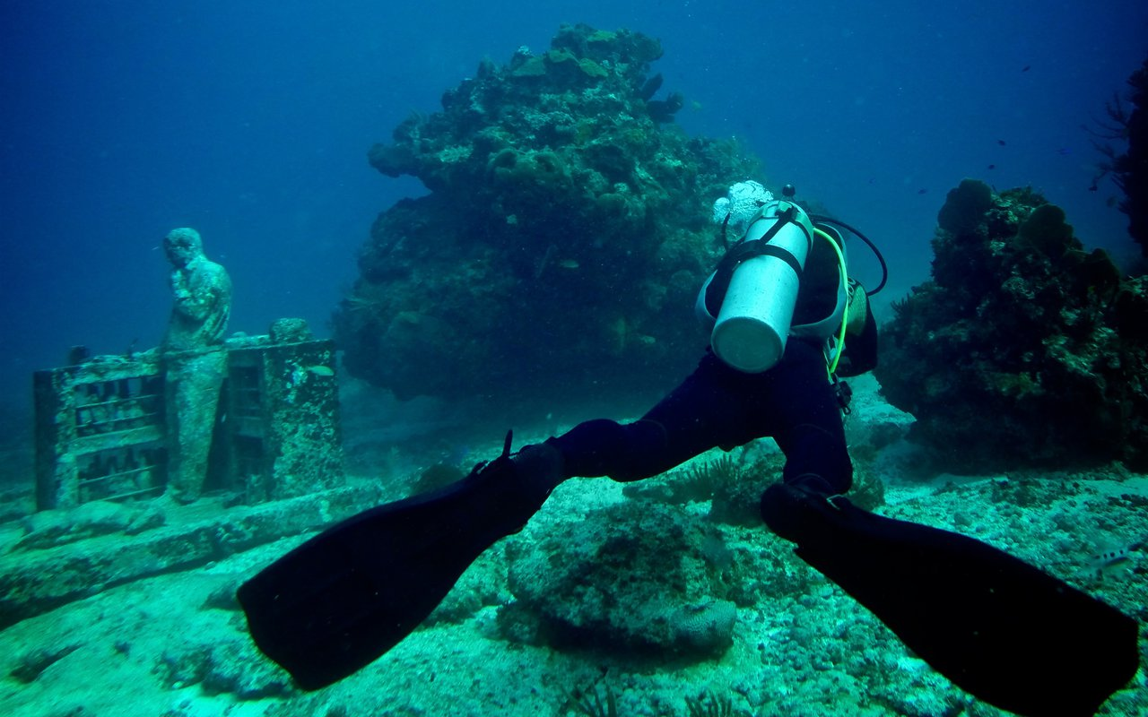 AWAYN IMAGE Dive down to Cancun Underwater Museum