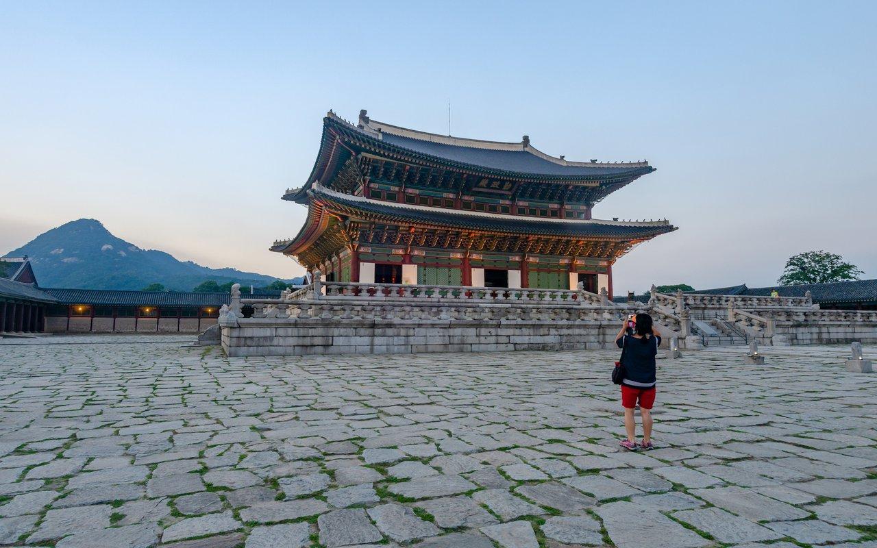 AWAYN IMAGE Enjoy the architecture of Gyeongbokgung Palace (경복궁)