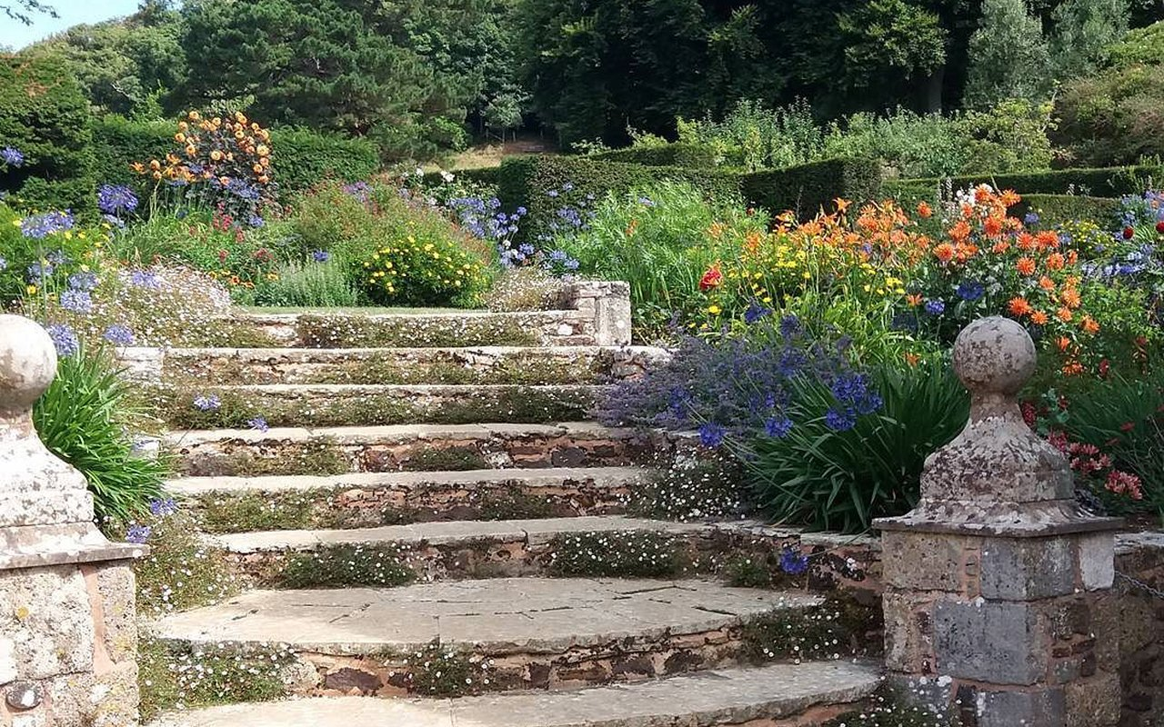 AWAYN IMAGE Mottistone Gardens Walk