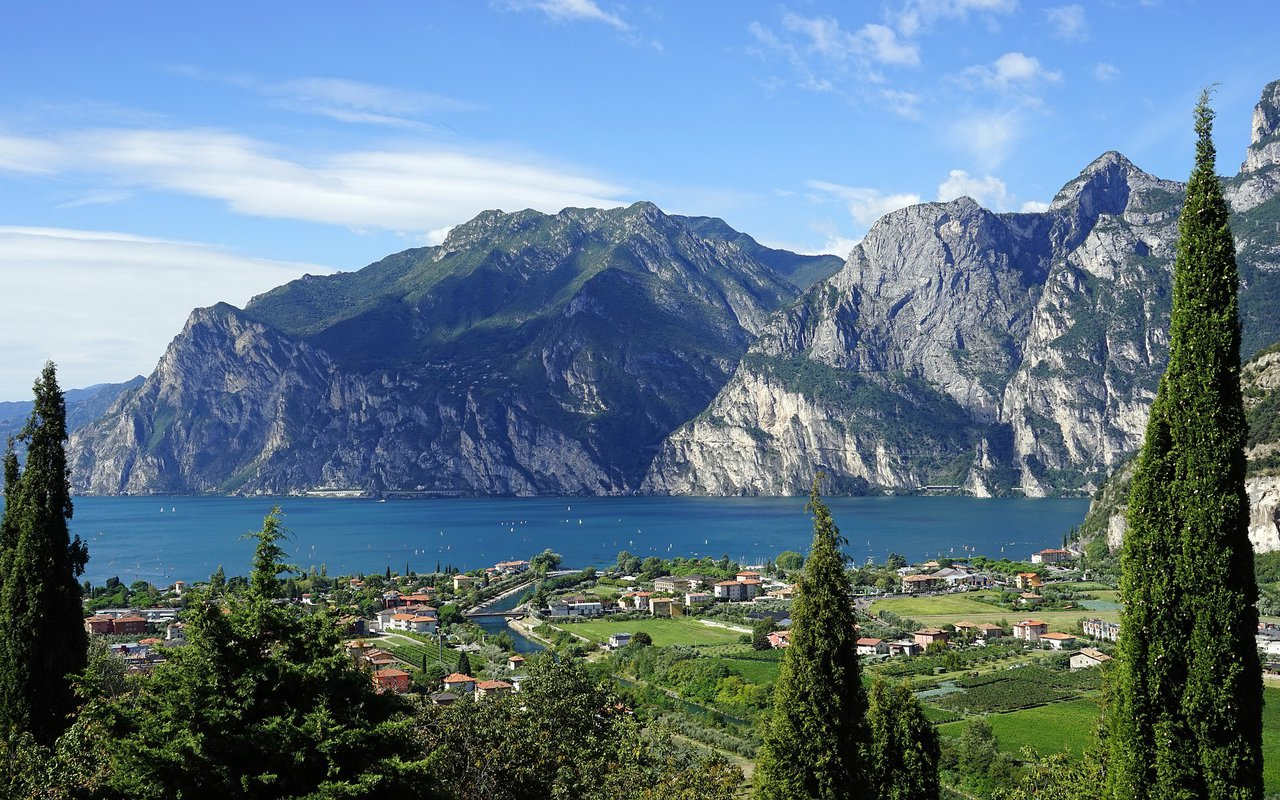 AWAYN IMAGE Mountain bike around the Lago di Garda (Lake Grada)