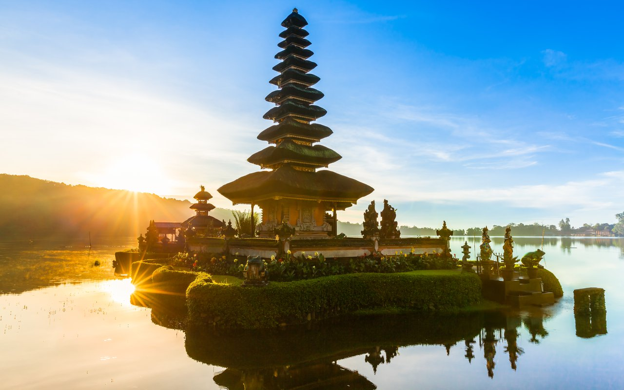 AWAYN IMAGE Photograph the Ulun Danu Beratan Temple