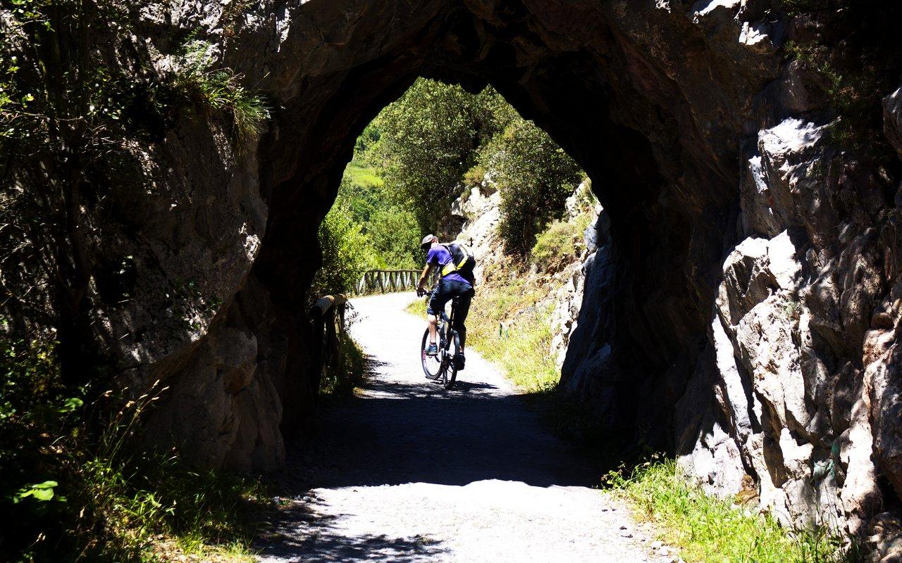 AWAYN IMAGE Biking in Senda del Oso