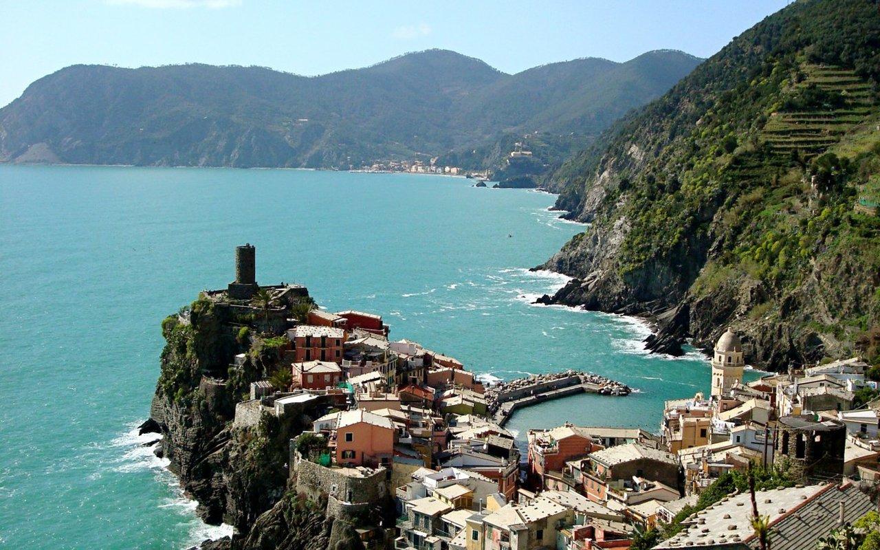 AWAYN IMAGE Explore the town of Genoa