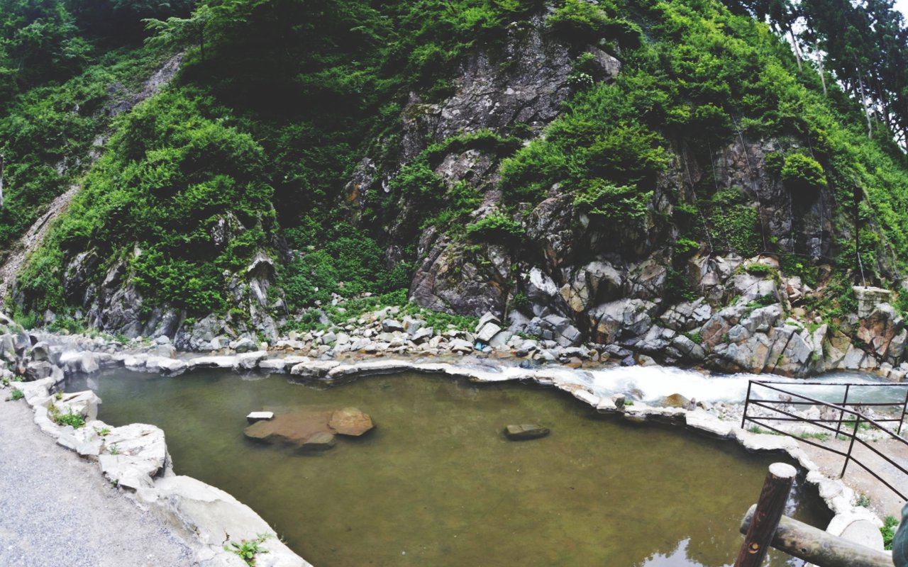 AWAYN IMAGE Hiking in Jigokudani Snow Monkey Park