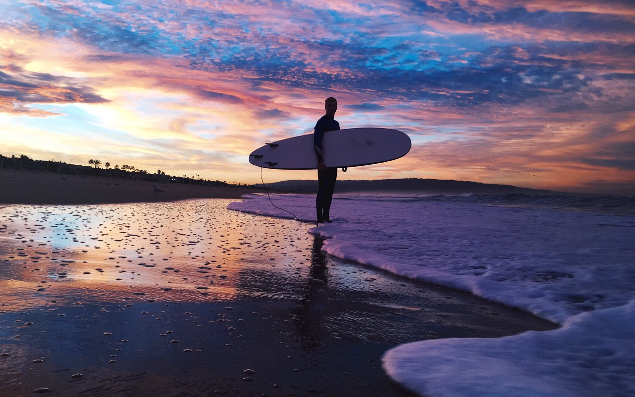 AWAYN IMAGE Surf the ocean waves of Manhattan Beach