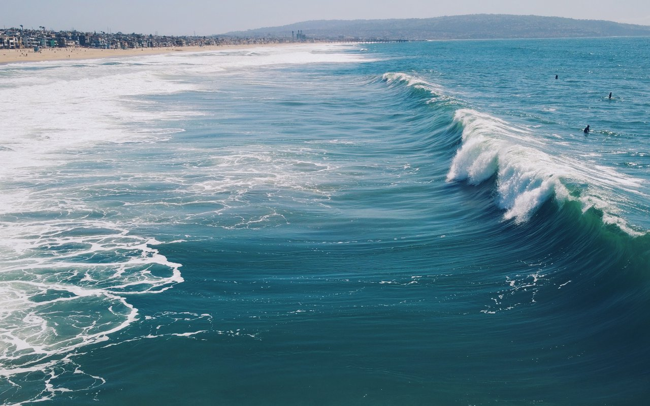 AWAYN IMAGE Surf the ocean waves of Manhattan Beach