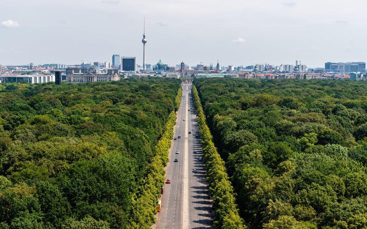 AWAYN IMAGE Walk or CYCLE IN Tiergarten, Berlin, Germany