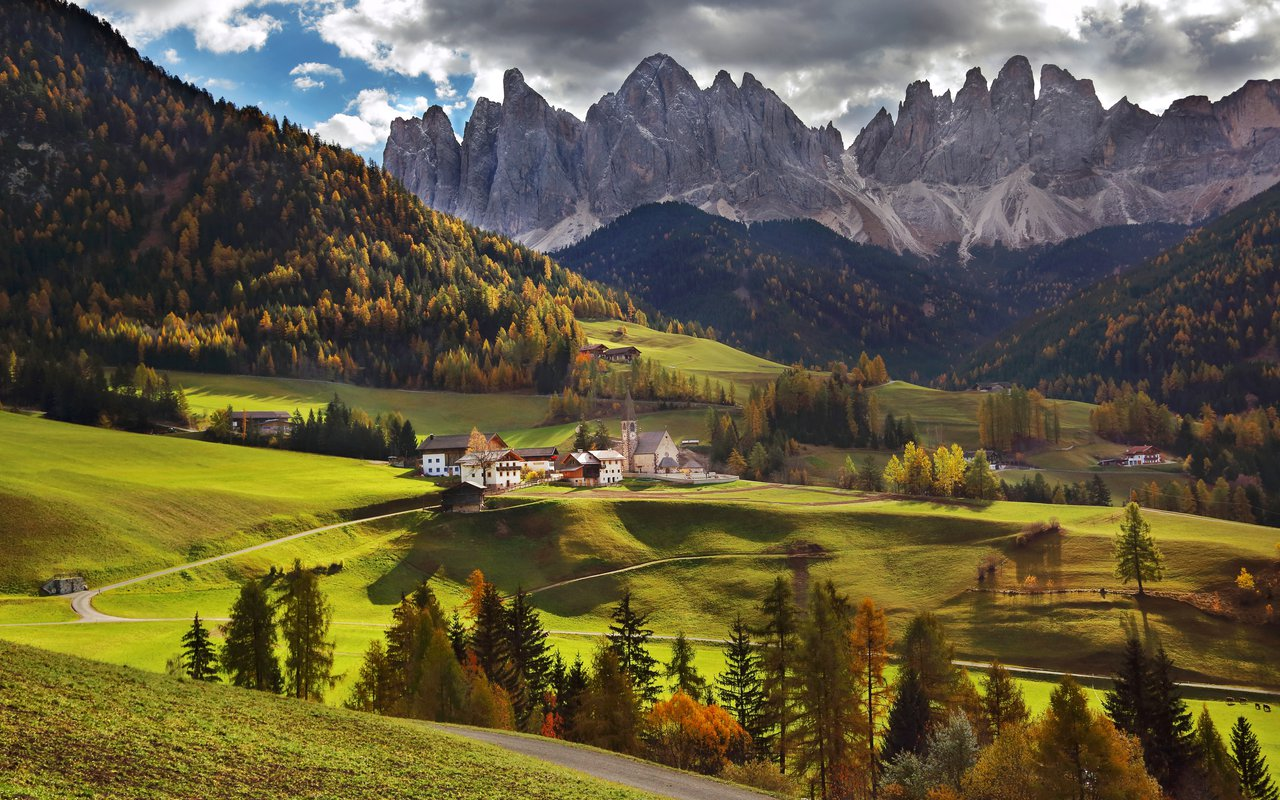 AWAYN IMAGE Take a picture with Santa Maddalena Picturesque village