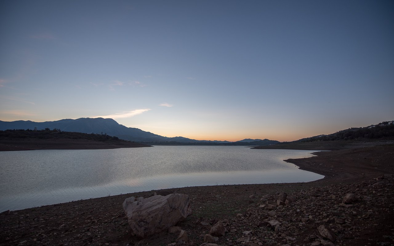 AWAYN IMAGE Catch a sunset and relax by Lake Vinuela