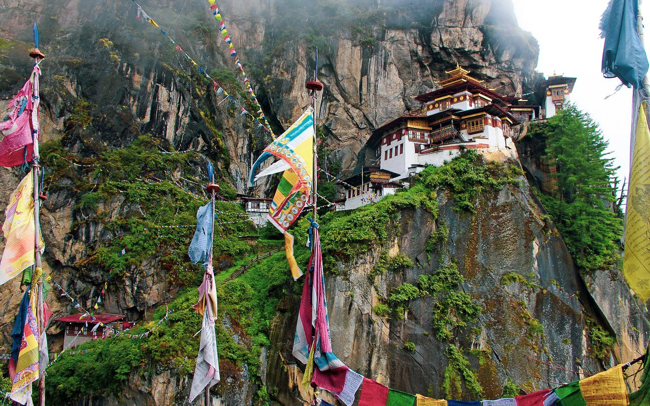 AWAYN IMAGE Climb up to visit the Paro Taktsang