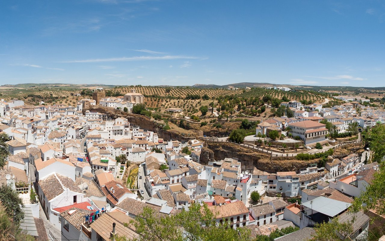 AWAYN IMAGE Visit the town of Setenil De Las Bodegas